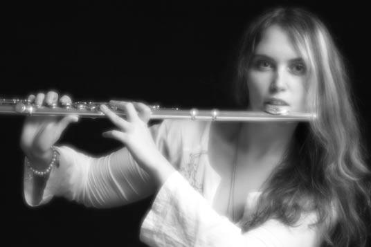 фото девушка играет на флейте